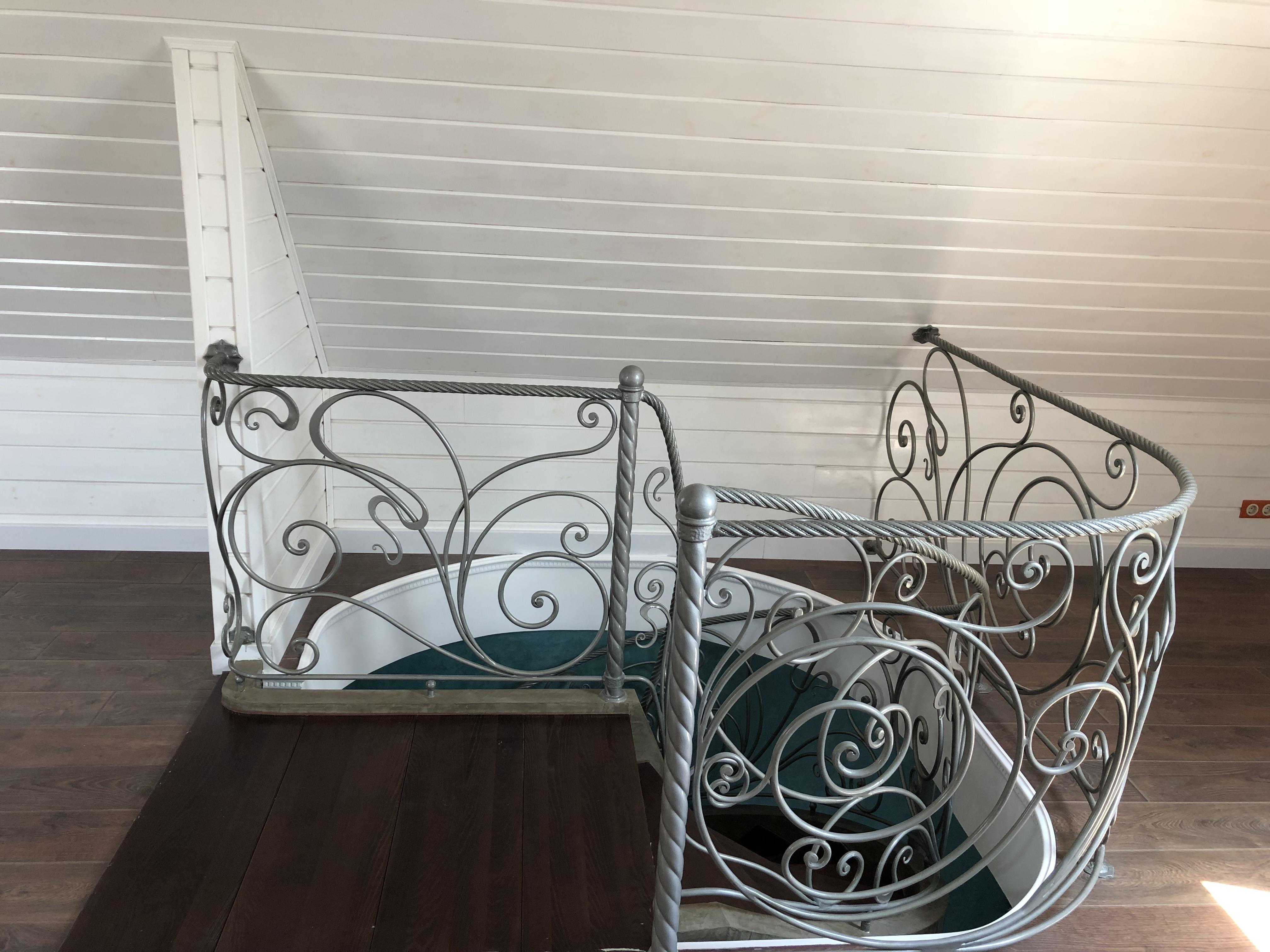сходи на другий поверх в приватному будинку