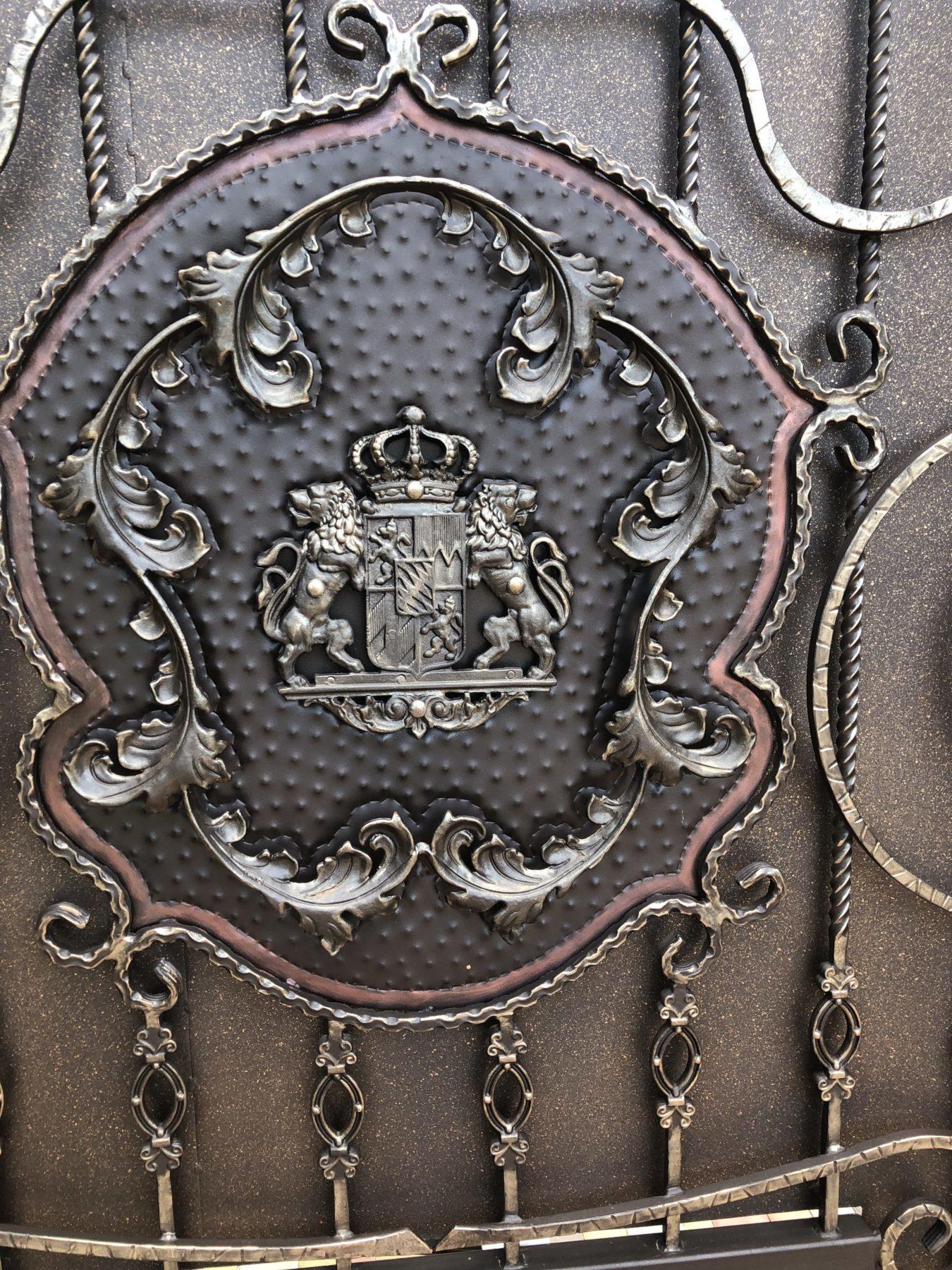 кованый герб на воротах